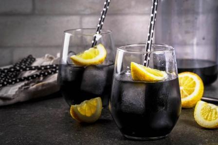Čierna limonáda s dreveným uhlím a citrónom
