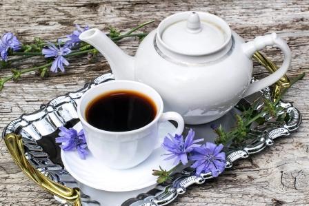 čaj - čakanka v šalke s čajníkom