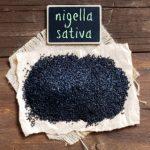 černuška, čierne semená na drevenom stole