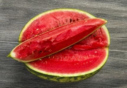 červený melón položený na melóne