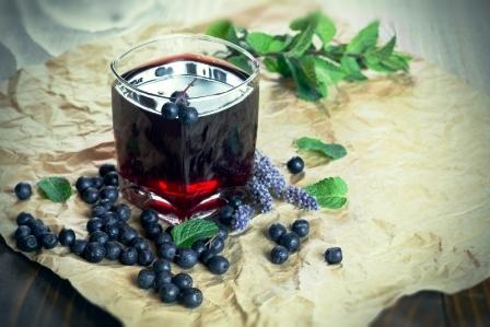 čučoriedková šťava s lesným ovocím