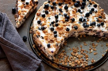 Ľahká torta s kyslej smotany, sušienok, ovsených vločiek a čučoriedok