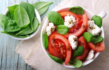 šalát so špenátom, paradajkou cottage cheese a olivovým olejom
