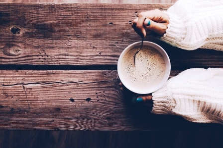 Žena drží pohár špaldovej kávy