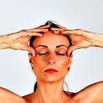 žena cvičí tzv tvárovú gymnastiku