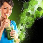 mladá žena pije nápoj zo zeleného jačmeňa