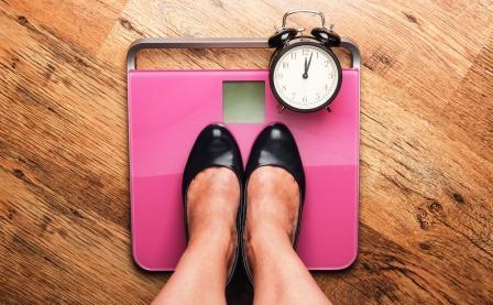 žena stojí na váhe - chudnutie