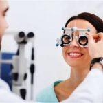 žena u očnéh olekára ktorý meria zrak