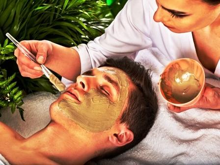 íl žena natiera mužovi na tvár masku