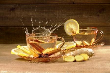 Šálka zázvorového čaju s citrónom, škoricou a anízou.
