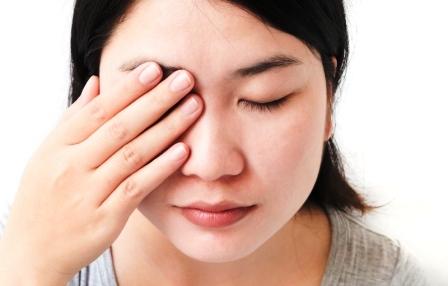 Žena s bolesťou očí