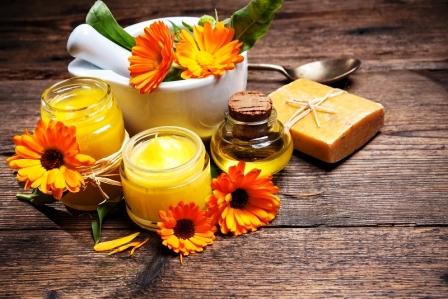 Domáca nealkoholová masť, mydlo a olej na drevenom stole