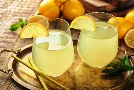 Dve pohare citronovej stavy a cerstve citrony