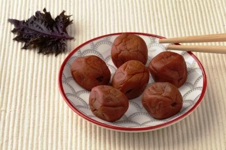 Jedlo s japonskym umeboshi a listom shiso