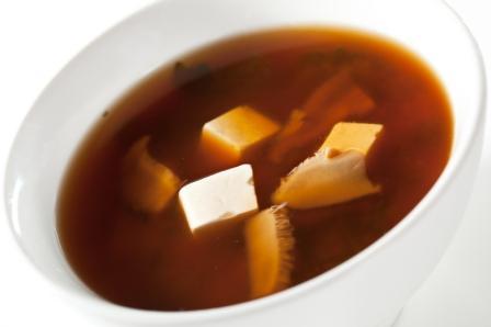 miso polievka s morskými riasami a tofu
