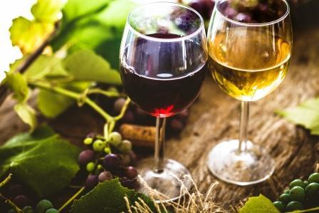 Pohárik bieleho a červeného vína