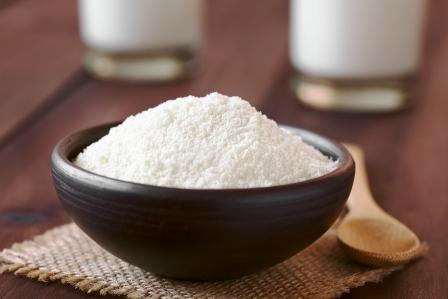 Práškové alebo sušené mlieko v malej miske
