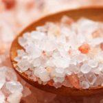 Ružová glauberova soľ v drevenej lyžičke