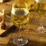 Sladké žlté medové víno a pohár medu medovina