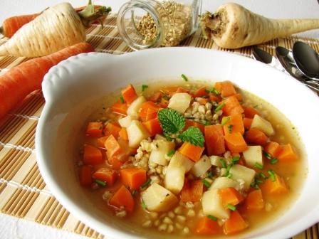 Zeleninová polievka s mrkvou, koreňovou petržlenovou vňaťou a pohánkou