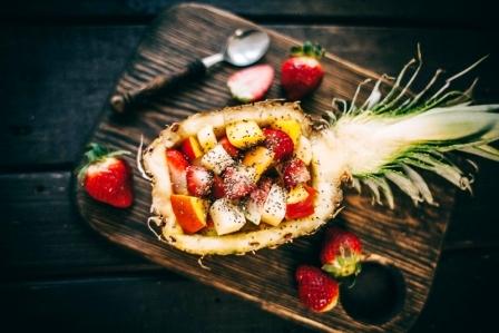 ananásový Exotický ovocný šalát z tropického ovocia v ananás
