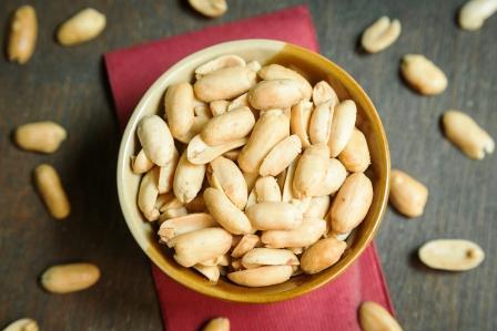 arašidy lúpané v miske a na stole