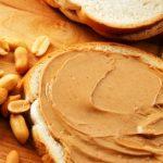 arašidy a arašidové maslo na chlebe
