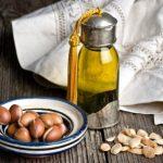 argánové semienka a argánový olej vo flaške