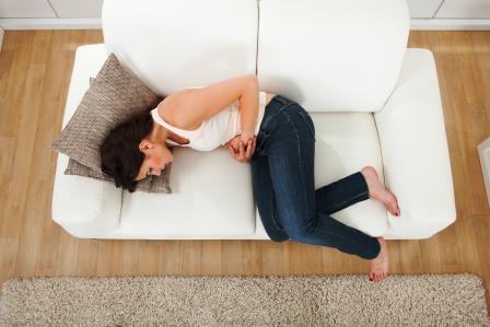 žena má bolesť brucha a hnačku - možný príznak nedostatku vitamínu C