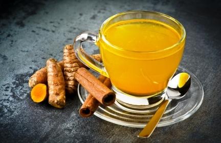 bylinkový čaj s práškom z kurkumy