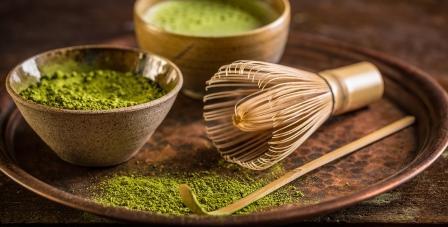 zelený matcha čaj a metlička