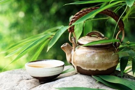 cajnik s listami z bambusu