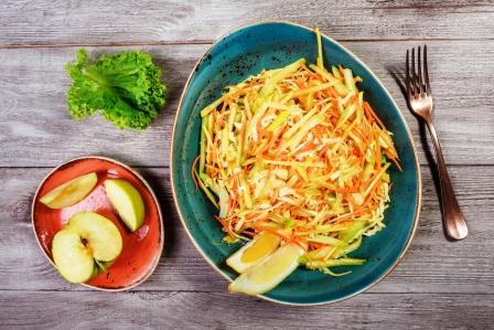cerstvy salat s jablkami, mrkvou, kapustou, zelerom a citronom