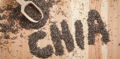 Chia semienka v lyžici a nápis chia