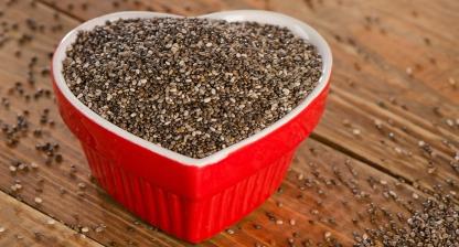 Chia semienka v miske v tvare srdca