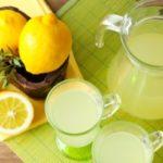 citrónová voda v džbáne a pohári