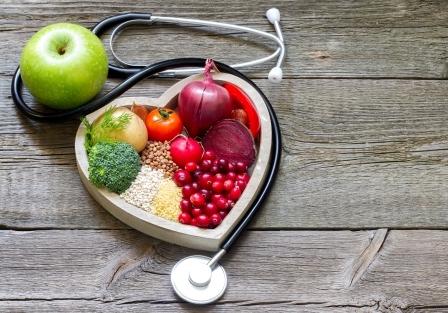 drevena miska v tvare srdca plna ovocia a zeleniny