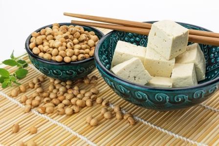 fermentované tofu nakrájané na kocky a sójové boby v miske