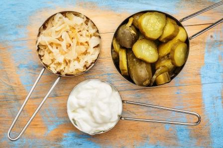 fermentované potraviny výborné na trávenie jogurt, kapusta a uhorka -