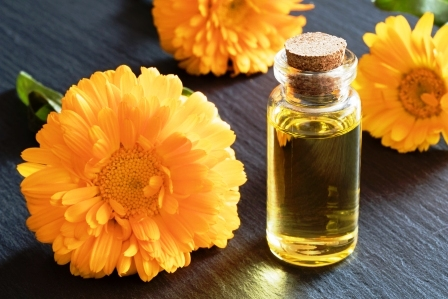 flasa nechtikoveho oleja s nechtikovymi kvetmi