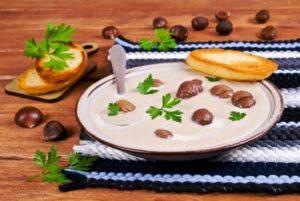 gaštanové pyré v taniery s jedlými gaštanmi