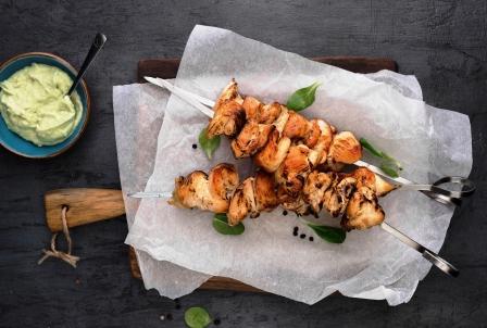 grilované kuracie ražniči s avokádovou omáčkou