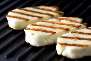 grilovane kusky syra na grile