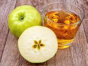 jablkovy dzus a jablko