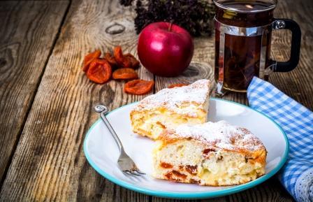 jablkovo mrkvovy kolac na tanieri