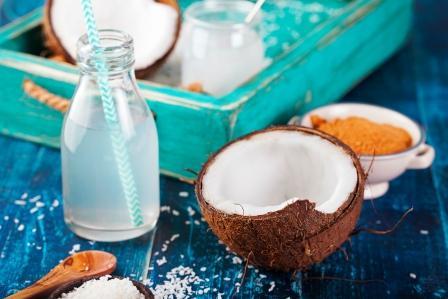 kokosovy orech s kokosovym olejom a kokosove vlocky
