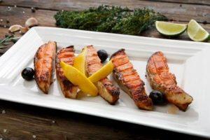 lososa grilovaný na tanieri