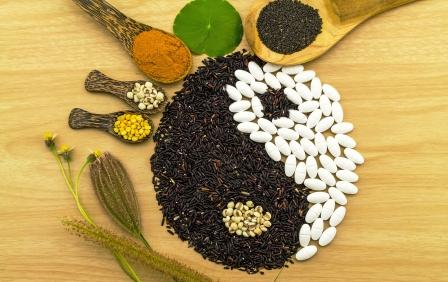 makrobiotická strava čierna ryža a biela ryža jing a jang