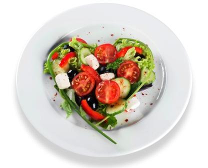 makrobiotická strava, surová zelenina nakrájaná a uložená na tanieri v tvare srdca, makrobiotika