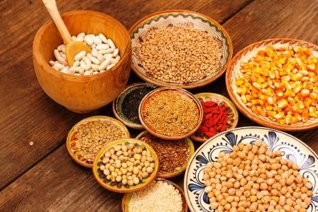 makrobiotická strava, zrná, bôby a semienka zdravých potravín v miske - ako základ makrobiotiky